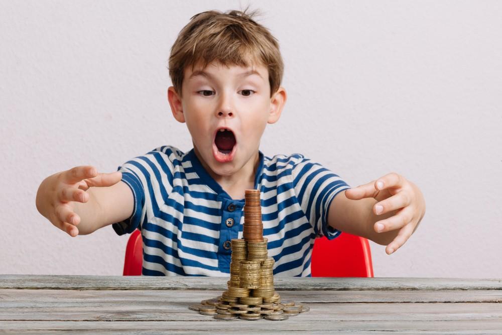Пять простых способов научить ребенка обращаться с деньгами